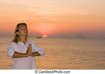 mujer joven, en, salida del sol, tiempo