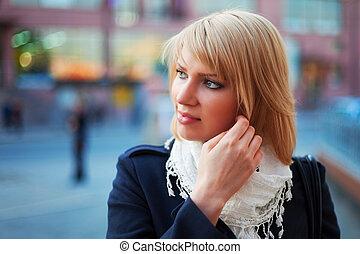 mujer joven, en, un, calle de la ciudad
