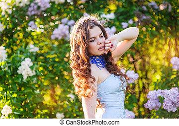 mujer joven, en, un, parque, en, primavera, lila