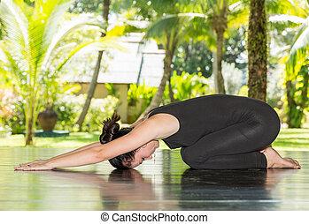 mujer joven, es, practicar, yoga, y, pilates, en, nature., mañana, meditación, en, verano