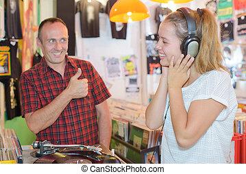 mujer joven, escuchar, a, un, música