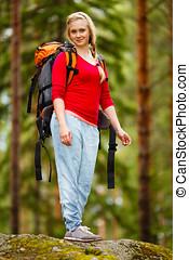 mujer joven, excursionismo, en, el, bosque