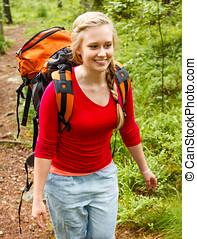 mujer joven, excursionismo, en, el, forest.