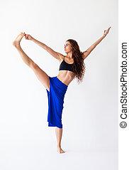 mujer joven, hacer, yoga, asana, utthita, hasta, padangustasana