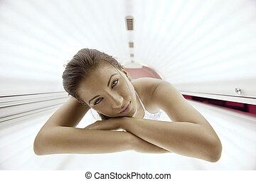 mujer joven, hermoso, curtido, solario