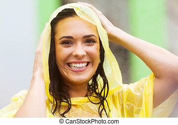 mujer, joven, impermeable, aire libre