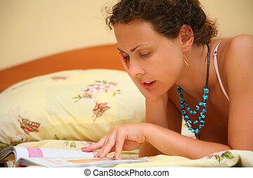 mujer joven, lee, cama