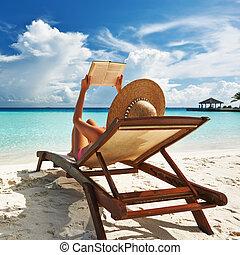 mujer joven, leer un libro, en, playa