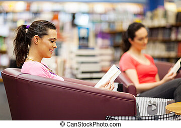mujer joven, libro de lectura, en, librería
