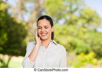 mujer joven, llamar, en el parque