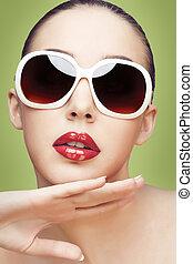 mujer joven, llevar lentes de sol