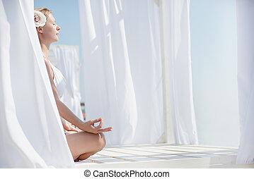 mujer joven, meditación, en la playa