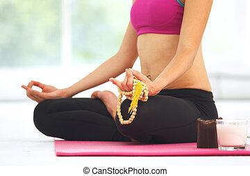 mujer joven, meditar, en, loto, pose.