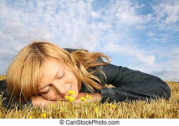 mujer joven, mentiras, en la hierba