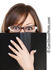 mujer joven, mirar fijamente, en, documentos