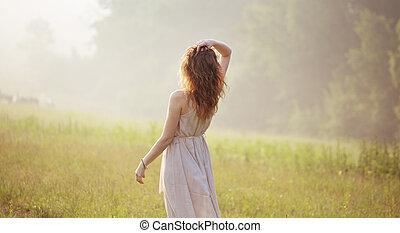 mujer joven, mirar fijamente, en, el, distancia