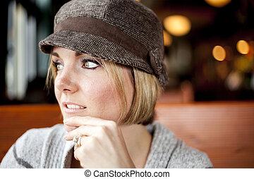 mujer joven, mirar saliendo, en, el, distancia