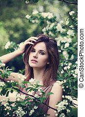 mujer joven, modelo, con, flores del resorte