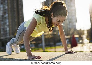 mujer, joven, o, empujón, prensa, aumentar, ejercicio