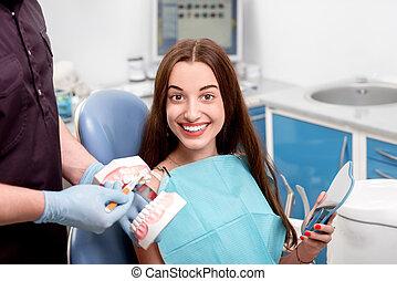 mujer joven, paciente, visitar, dentista, en, el, oficina dental