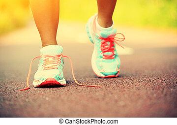 mujer joven, piernas, corriente, en, rastro