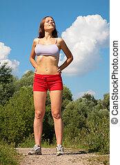 mujer joven, posar, en el estacionamiento