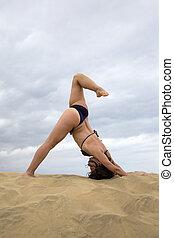 mujer joven, practicar, yoga, en, el, desierto