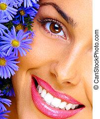 mujer, joven, ramo, sonriente, flores, feliz