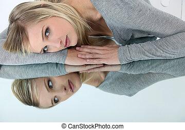 mujer joven, reclinado, un, espejo