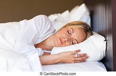 mujer joven, relajante, en cama