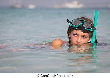 mujer joven, relajante, en, mar, con, esnórquel, y, mask.