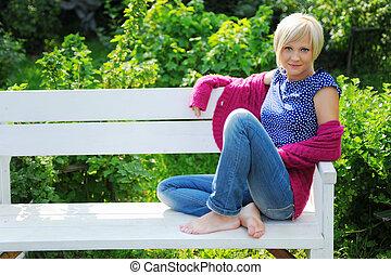 mujer joven, relajante, en, un, parque