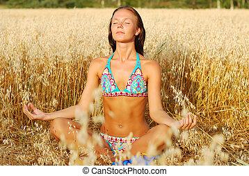 mujer joven, relajar, en, campo de trigo