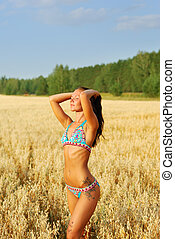 mujer joven, relajar, en, el, campo de trigo