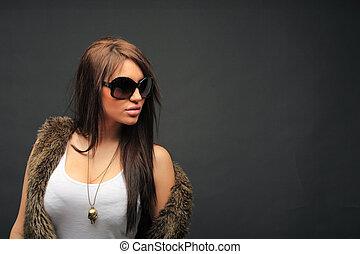 mujer joven, retrato, con, grande, moda, gafas de sol