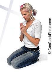 mujer joven, rezando