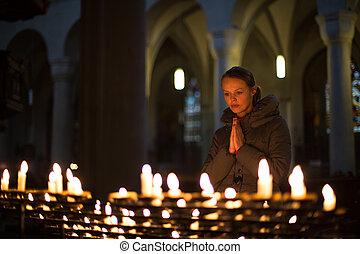 mujer joven, rezando, en, un, iglesia
