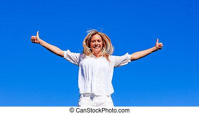 mujer joven, saltar, contra, cielo azul