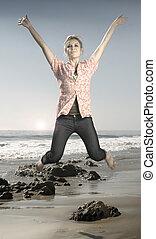 mujer joven, saltar, en, playa