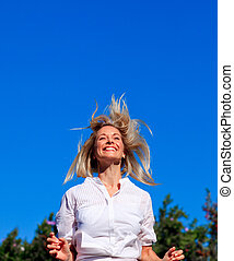 mujer joven, saltar hacia dentro, un, parque