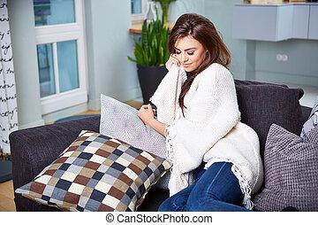 mujer joven, sentado, en, couch.
