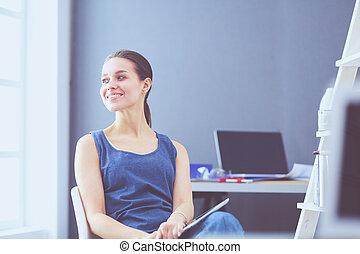 mujer joven, sentado, en, el, escritorio, con, instrumentos,...