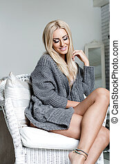 mujer joven, sentado, en, un, armchair., cómodo, humor