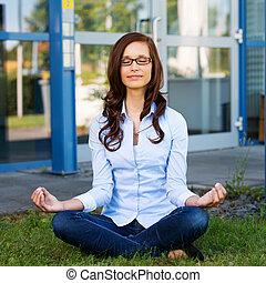mujer joven, sentado, meditar