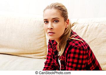 mujer joven, sentar sofá