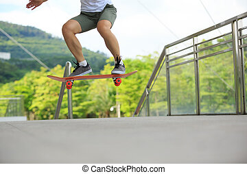 mujer joven, skateboarder, el skateboarding, en, ciudad