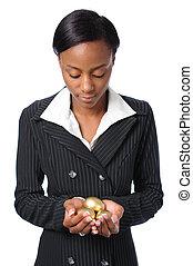 mujer joven, tenencia, oro, huevos
