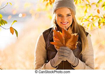 mujer joven, tenencia, otoño sale