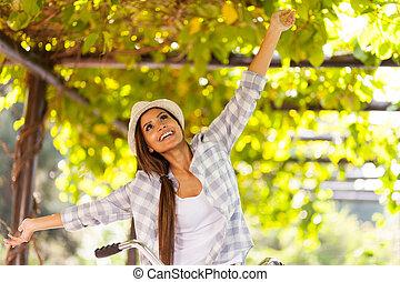 mujer joven, tener diversión, aire libre