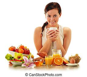 mujer joven, teniendo, breakfast., dieta equilibrada